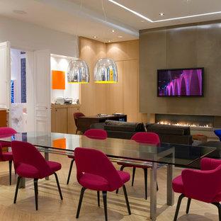 Idées déco pour une salle à manger ouverte sur le salon contemporaine avec un mur blanc et un sol en bois clair.