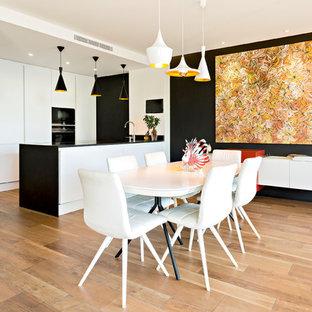 Idée de décoration pour une grande salle à manger ouverte sur la cuisine design avec un mur noir, un sol en carrelage de céramique et un sol marron.
