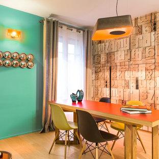 Aménagement d'une grande salle à manger contemporaine fermée avec un sol en bois clair, un mur vert et aucune cheminée.