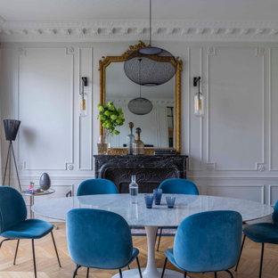 Inspiration för en mellanstor vintage matplats med öppen planlösning, med vita väggar, ljust trägolv, en standard öppen spis, en spiselkrans i sten och beiget golv