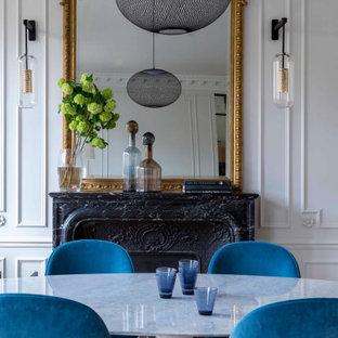 Klassisk inredning av en mellanstor matplats med öppen planlösning, med vita väggar, ljust trägolv, en standard öppen spis, en spiselkrans i sten och beiget golv