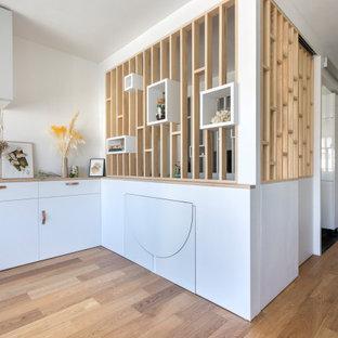 Idee per una sala da pranzo aperta verso il soggiorno design con pavimento in compensato