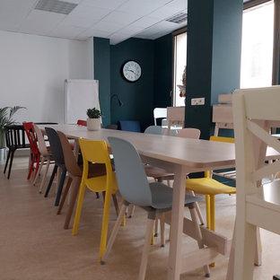 Esempio di un'ampia sala da pranzo aperta verso il soggiorno boho chic con pareti multicolore, pavimento in linoleum e pavimento beige