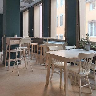 Foto di un'ampia sala da pranzo aperta verso il soggiorno bohémian con pareti multicolore, pavimento in linoleum e pavimento beige
