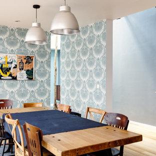 Cette image montre une salle à manger design de taille moyenne avec un mur multicolore, un sol beige et du papier peint.