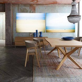 Exemple d'une grand salle à manger ouverte sur le salon tendance avec un sol en bois brun et un mur gris.