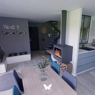 Idéer för små maritima matplatser med öppen planlösning, med grå väggar, ljust trägolv, en hängande öppen spis, en spiselkrans i metall och brunt golv