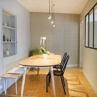 Idées déco pour une salle à manger contemporaine fermée avec un mur gris, un sol en bois clair et un sol beige.