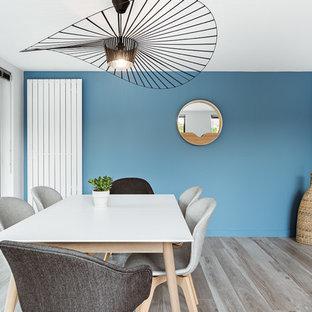 Attrayant Cette Image Montre Une Salle à Manger Design Avec Un Mur Bleu.