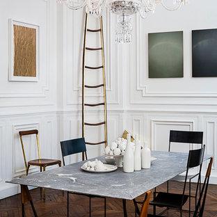 Réalisation d'une salle à manger ouverte sur le salon tradition de taille moyenne avec un mur blanc et un sol en bois foncé.