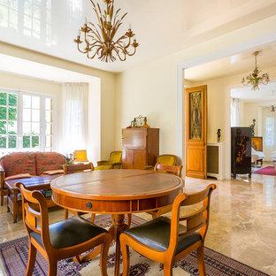Réalisation d'une grand salle à manger vintage avec un mur beige et un sol en marbre.