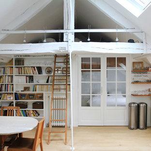 Cette photo montre une petit salle à manger ouverte sur le salon scandinave avec un mur blanc et un sol en bois clair.