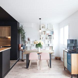 Réalisation d'une petit salle à manger nordique avec un mur blanc et un sol en bois clair.