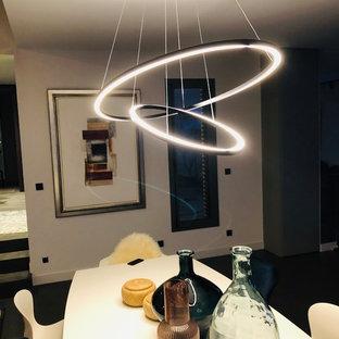 Удачное сочетание для дизайна помещения: большая гостиная-столовая в стиле фьюжн с белыми стенами, бетонным полом, камином и зеленым полом - самое интересное для вас