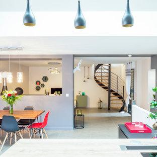Exemple d'une très grande salle à manger ouverte sur le salon tendance avec un mur gris, un sol en carrelage de céramique et aucune cheminée.