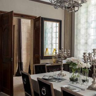 Idées déco pour une grand salle à manger classique fermée avec un mur beige.