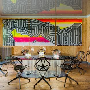 Idées déco pour une grande salle à manger éclectique fermée avec un sol en bois brun, un mur marron et aucune cheminée.
