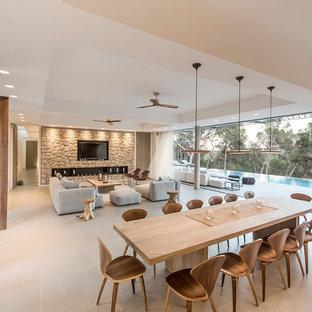 Diseño de comedor contemporáneo, extra grande, abierto, sin chimenea, con paredes blancas, suelo de baldosas de cerámica y suelo gris