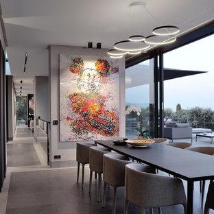 Exemple d'une très grande salle à manger tendance avec un mur gris et un sol gris.