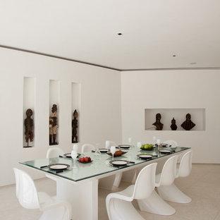 Imagen de comedor contemporáneo, extra grande, cerrado, con paredes blancas y suelo de mármol