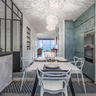 Cette photo montre une salle à manger ouverte sur la cuisine tendance de taille moyenne avec un mur blanc et aucune cheminée.