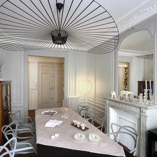 Réalisation d'une salle à manger tradition fermée et de taille moyenne avec un mur gris.
