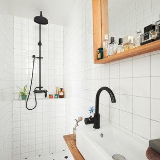 Cette photo montre une salle d'eau scandinave avec un espace douche bain, un carrelage blanc, une vasque, un sol multicolore et aucune cabine.
