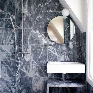 Réalisation d'une petite salle d'eau design avec une douche à l'italienne, un carrelage gris, un carrelage de pierre, un mur gris, un sol en marbre et un lavabo suspendu.