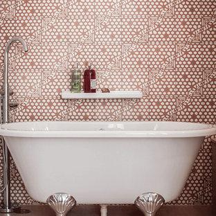 Modelo de cuarto de baño infantil, contemporáneo, de tamaño medio, con bañera con patas, baldosas y/o azulejos rosa, baldosas y/o azulejos de cemento, paredes rosas, suelo de cemento, encimera de cemento y suelo rosa