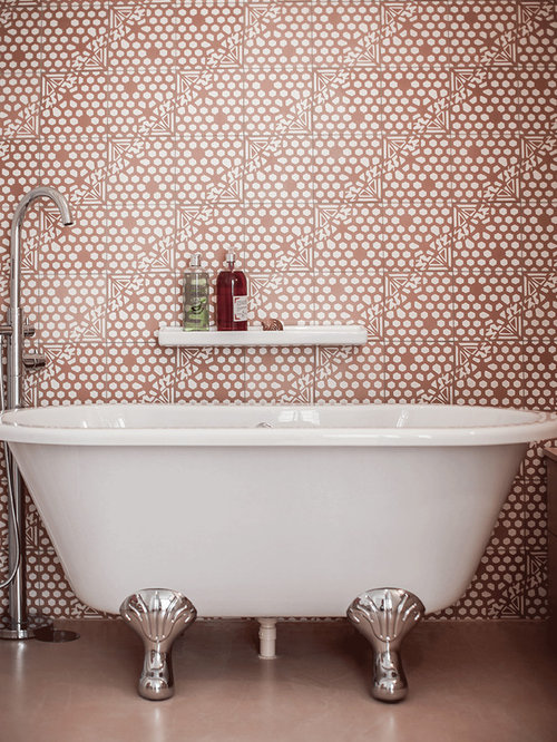 Stanza da bagno con pavimento in cemento e piastrelle rosa - Piastrelle rosa ...