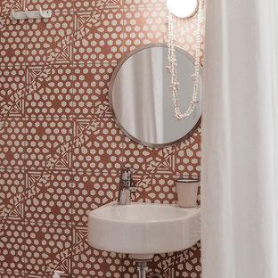 Diseño de cuarto de baño infantil, contemporáneo, de tamaño medio, con baldosas y/o azulejos rosa, baldosas y/o azulejos de cemento, paredes rosas, suelo de cemento, lavabo suspendido, encimera de cemento y suelo rosa