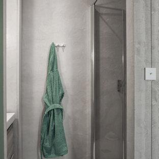 Esempio di una piccola stanza da bagno con doccia design con doccia alcova, pareti grigie, pavimento con piastrelle in ceramica, lavabo sottopiano, top in cemento, pavimento verde e porta doccia a battente