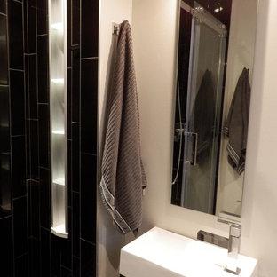 Esempio di una piccola stanza da bagno padronale contemporanea con doccia alcova, piastrelle nere, piastrelle in gres porcellanato, pavimento con piastrelle in ceramica, lavabo sospeso e top piastrellato
