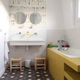 Cette photo montre une salle de bain tendance de taille moyenne pour enfant avec une baignoire posée, un mur blanc, un sol en carrelage de céramique, un lavabo suspendu et un carrelage blanc.