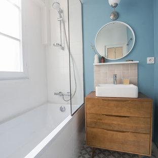 Idee per una piccola stanza da bagno padronale moderna con zona vasca/doccia separata, piastrelle beige, piastrelle in terracotta, lavabo da incasso, top in legno, doccia aperta e top marrone