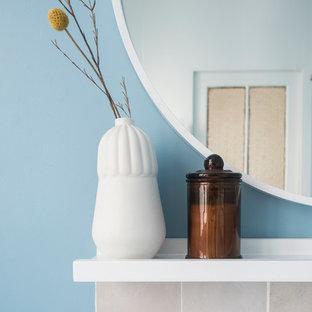 Ejemplo de cuarto de baño principal, retro, pequeño, sin sin inodoro, con baldosas y/o azulejos beige, baldosas y/o azulejos de terracota, lavabo encastrado, encimera de madera, ducha abierta y encimeras marrones