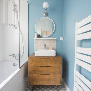 На фото: маленькая главная ванная комната в стиле ретро с душевой комнатой, бежевой плиткой, терракотовой плиткой, накладной раковиной, столешницей из дерева, открытым душем и коричневой столешницей с