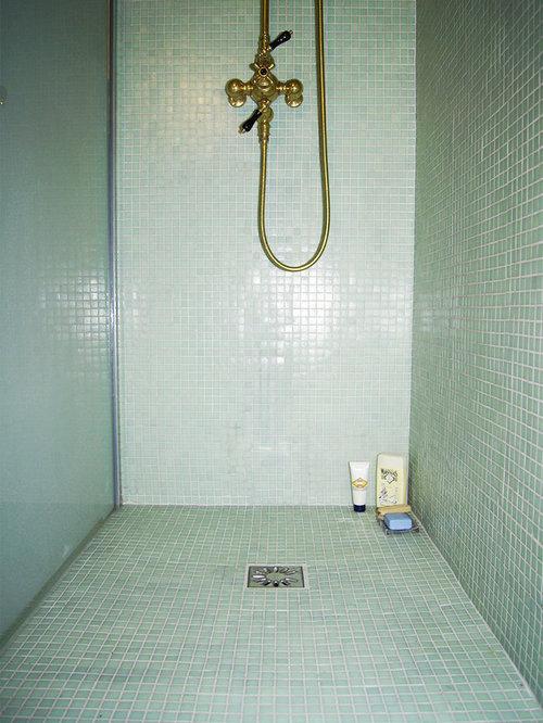 Salle d 39 eau avec un plan de toilette en bois et un for Carrelage vert d eau