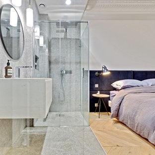 Idée de décoration pour une petite salle d'eau design avec une douche à l'italienne, un carrelage gris, du carrelage en marbre, un mur blanc, un sol en marbre, un plan vasque, un plan de toilette en marbre, un sol gris, une cabine de douche à porte battante et un plan de toilette blanc.