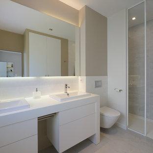 Salle de bain avec un carrelage gris et un mur beige : Photos et ...
