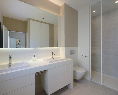 ide de dcoration pour une salle de bain design de taille moyenne avec un wc suspendu