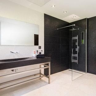Cette photo montre une salle d'eau tendance de taille moyenne avec une douche à l'italienne, un carrelage blanc, un carrelage noir, carrelage en mosaïque, un sol en carrelage de céramique, un lavabo intégré et aucune cabine.
