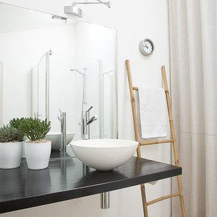 Réalisation d'une salle d'eau tradition de taille moyenne avec une douche d'angle, un mur blanc, un sol en bois clair et une vasque.
