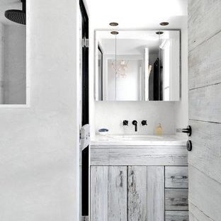 Salle de bain contemporaine avec des portes de placard grises ...
