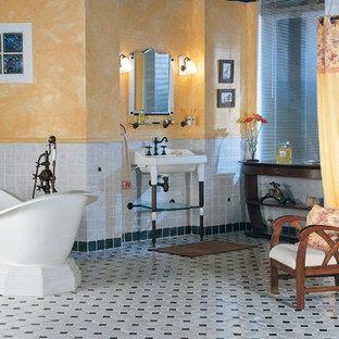 東京23区のヴィクトリアン調のおしゃれな浴室 (置き型浴槽、オープン型シャワー、グレーのタイル、黒いタイル、マルチカラーの壁、コンソール型シンク、マルチカラーの床、シャワーカーテン) の写真