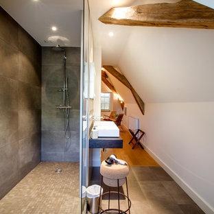 Inspiration pour une salle de bain rustique de taille moyenne avec un carrelage marron, un mur blanc et une vasque.