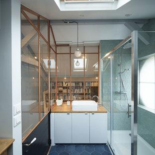 Réalisation d'une salle d'eau design avec un sol bleu.