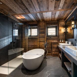 Idée de décoration pour une salle de bain chalet avec meuble double vasque.