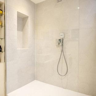 Пример оригинального дизайна: главная ванная комната среднего размера в стиле модернизм с плоскими фасадами, белыми фасадами, душем без бортиков, серой плиткой, керамической плиткой, белыми стенами, полом из терраццо, раковиной с несколькими смесителями, столешницей из искусственного камня, белым полом, открытым душем и белой столешницей