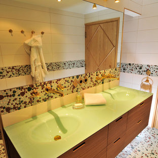 Immagine di una stanza da bagno minimalista con piastrelle verdi e piastrelle di ciottoli